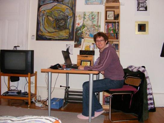 (Lois étudie le français dans sa chambre).